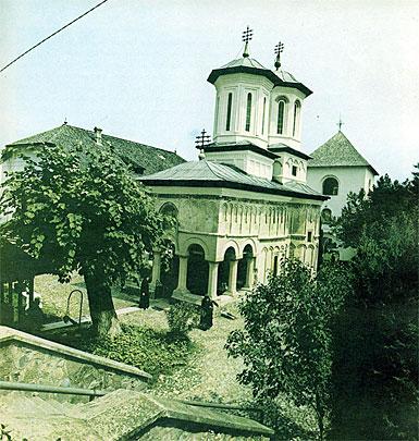 Fig. 5. Miracolul de piatră sacră a Mănăstirii dintr-un lemn, ctitorit de Matei Basarab şi desâvârşit de Şerban Cantacuzino, cel care a editat prima traducere românească a Bibliei, dar car a fost şi cuscrul lui Dimitrie Cantemir