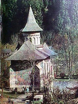 Fig. 4. Minunea arhitectonică de la Voroneţ, construită de Ştefan cel Mare şi Sfânt în vara anului 1487 şi pictată magistral în interior peste zece ani.